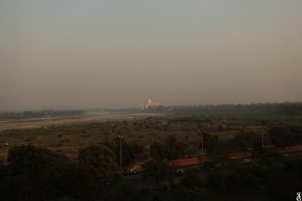 Le Taj Mahal au loin